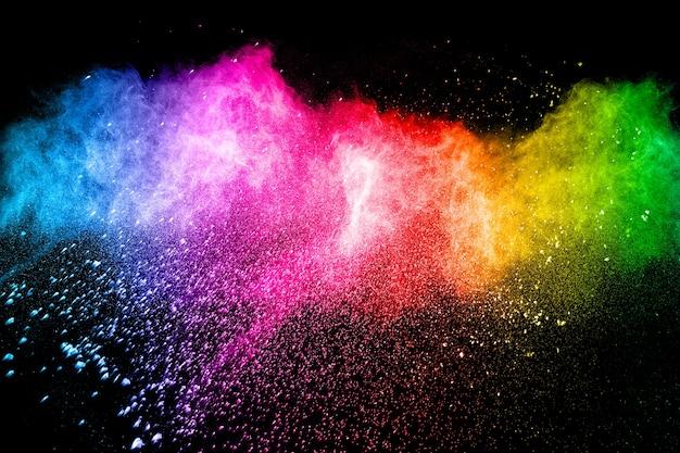 Explosão de pó multicolorido em fundo preto.