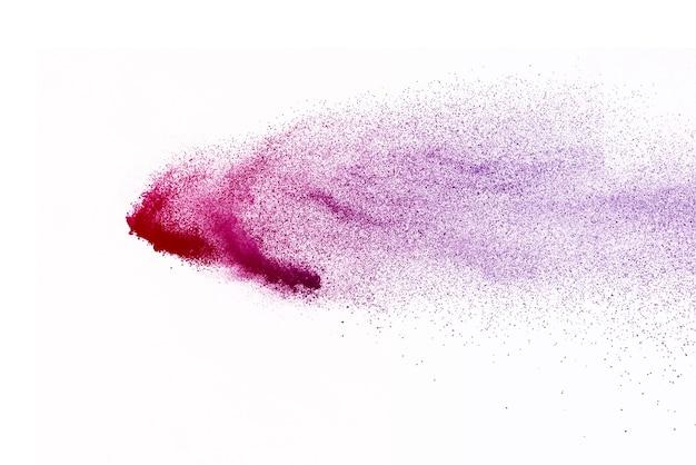 Explosão de pó roxo isolada no fundo branco.