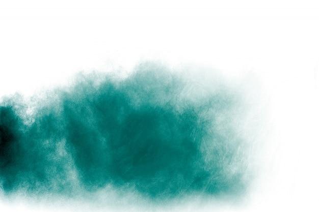 Explosão de pó verde sobre fundo branco.