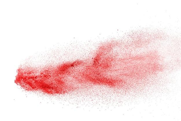Explosão de pó vermelho isolada no branco