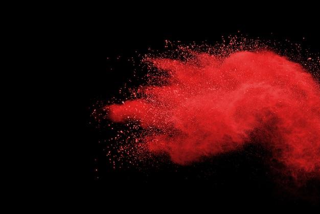 Explosão de pó vermelho no preto.