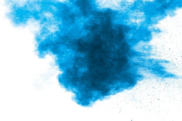 Explosão de poeira azul vermelha abstrata no fundo branco. congele o movimento do respingo de pó azul.