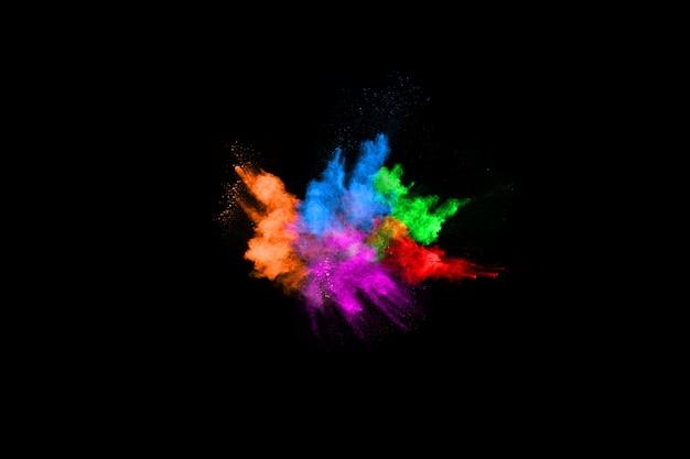 Explosão de poeira colorida abstrata em um fundo preto.