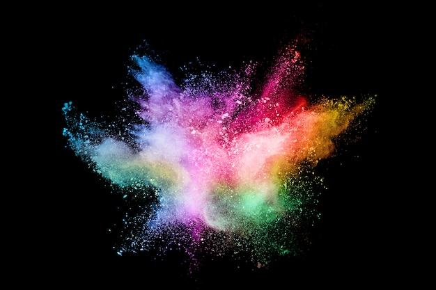 Explosão de poeira colorida abstrata sobre um fundo preto