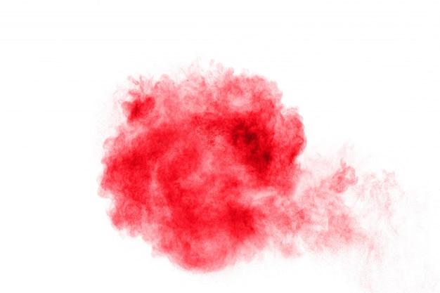 Explosão de poeira vermelha abstrata no fundo branco. pó vermelho abstrato salpicado
