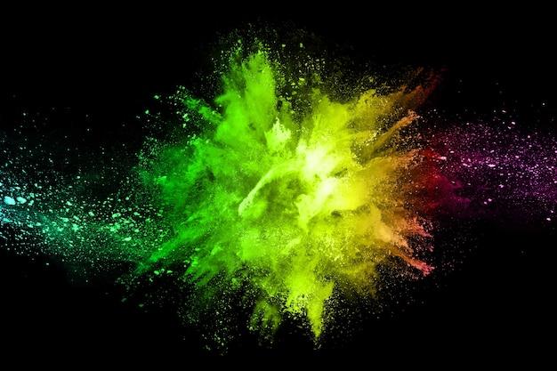 Explosão de pólvora colorida em fundo preto