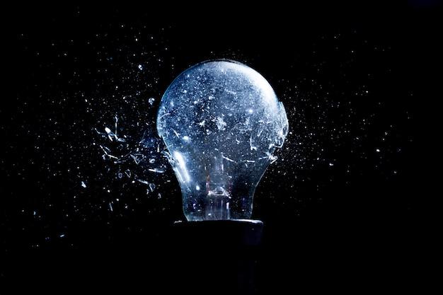 Explosão de uma lâmpada, momento de impacto, fotografia de alta velocidade