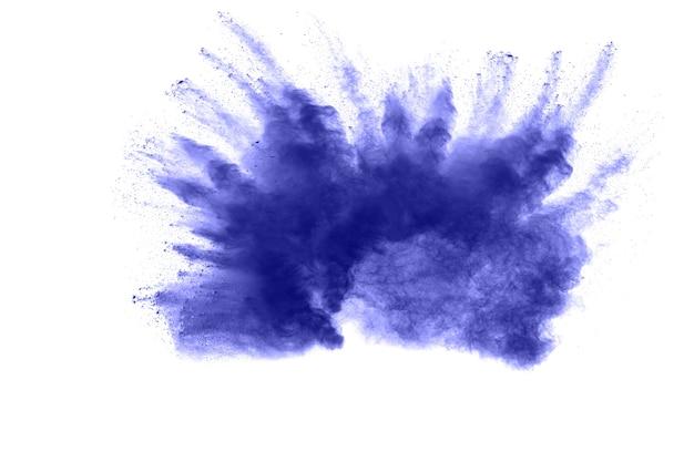 Explosão do pó azul da cor no fundo branco. respingo da poeira azul no fundo branco.