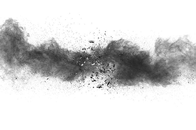 Explosão do pó preto no fundo branco.
