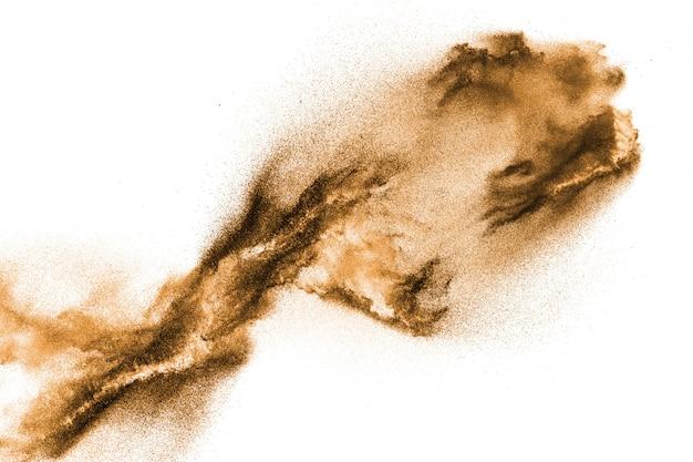 Explosão seca dourada da areia do rio isolada no fundo branco.