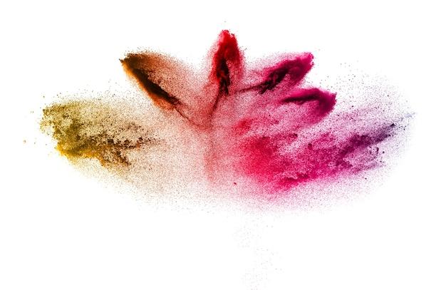Explosão vermelha amarela das partículas no fundo branco. respingos de poeira colorida em branco est