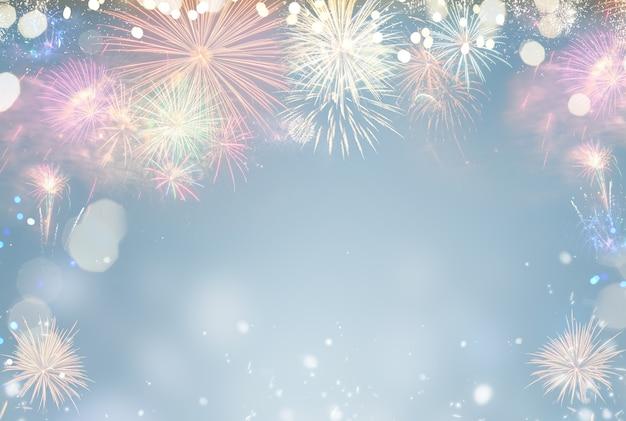 Explosões coloridas de fogos de artifício em fundo azul festivo com espaço de cópia