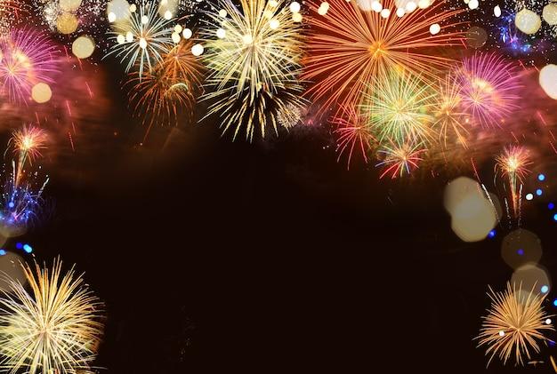 Explosões coloridas de fogos de artifício em preto, fundo com espaço de cópia