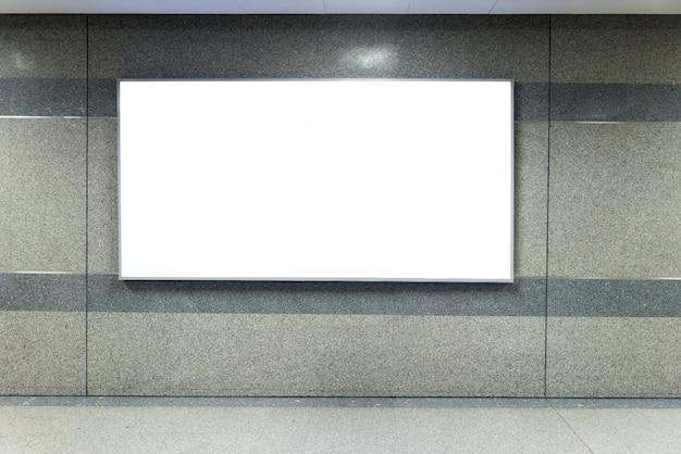 Exposição ascendente da zombaria do sinal da bandeira do quadro de avisos na estação de metro.