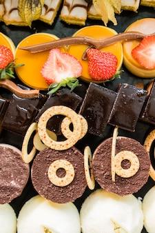 Exposição com uma variedade de bolos, sobremesas e chocolates