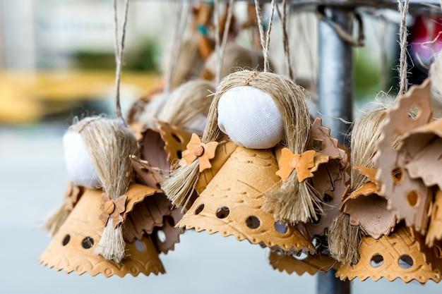 Exposição de artesanato; a boneca amuleto feita à mão é feita de casca de bétula e outros materiais naturais
