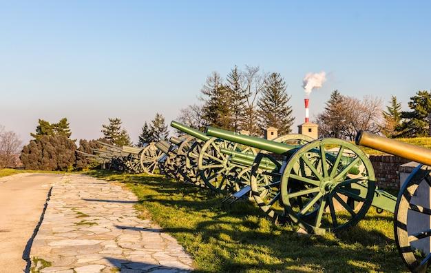 Exposição de canhões na fortaleza de belgrado na sérvia