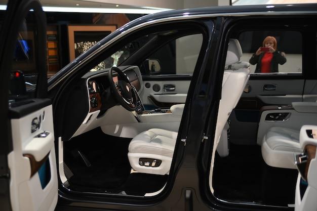 Exposição de carros novos na bmw welt. elementos interiores da rolls-royce cullinan.