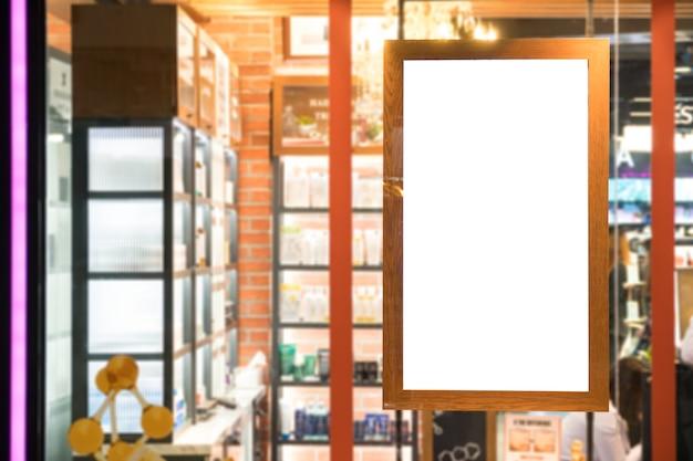 Exposição de cartaz de moldura de madeira vazia na janela de vidro na loja da loja