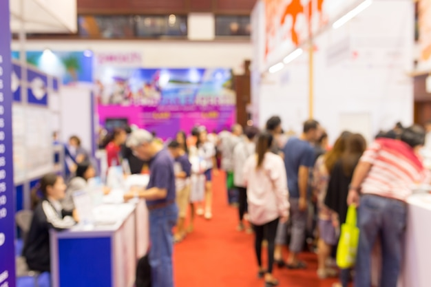Exposição de evento borrada abstrata com fundo de pessoas, conceito de show de convenção de negócios