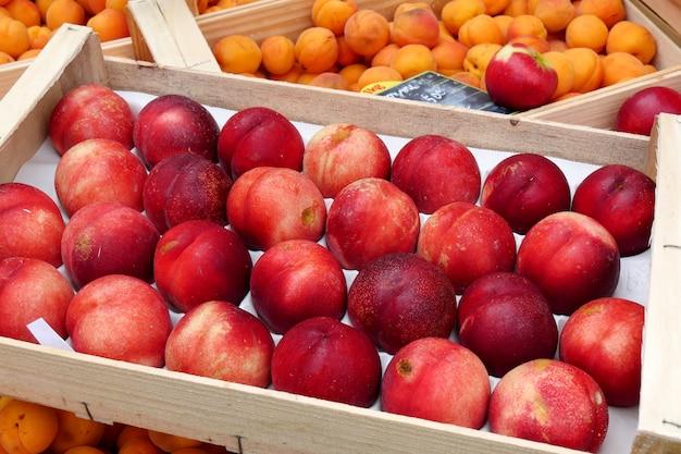 Exposição de pêssegos e damascos no mercado