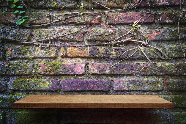 Exposição de produto prateleira vazia no fundo da parede de tijolo de jardim
