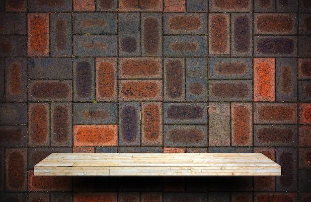 Exposição de produto prateleira vazia no fundo da parede de tijolo vermelho