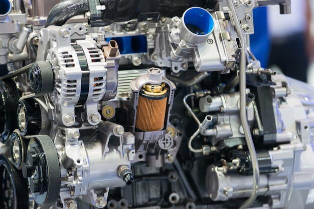 Exposição de seção transversal do filtro de óleo do motor dentro do motor da máquina no carro.