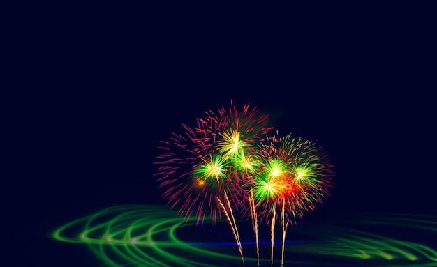 Exposição dupla lindos fogos de artifício e luzes verdes de movimento noturno.