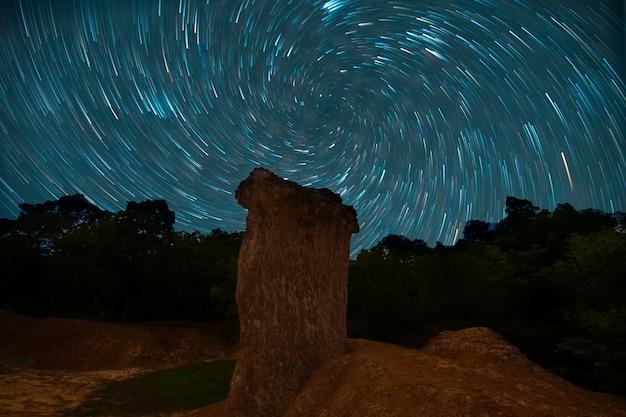 Exposição noturna de vórtice trilhas de estrelas do céu no parque florestal phae mueang phi