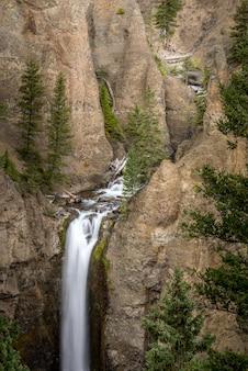 Exposição prolongada de tower falls no parque nacional de yellowstone, eua