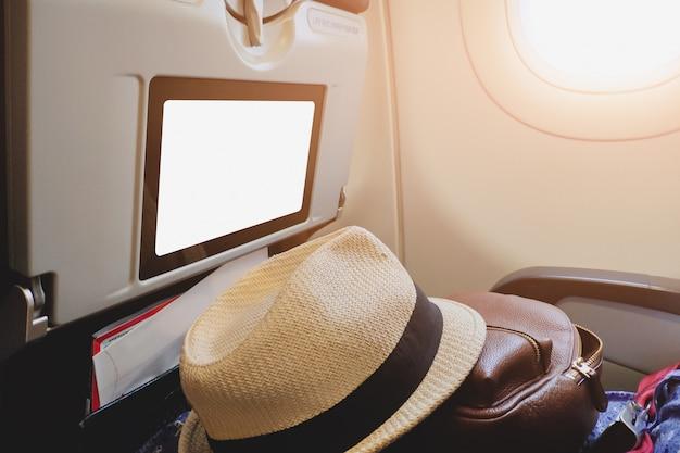 Exposição vazia da bandeira na frente do assento de passageiro para o anúncio publicitário do anúncio da informação e da promoção do negócio na cabine de aviões.