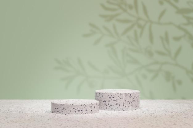 Expositor de produtos cosméticos. pódio do cilindro de pedra de dois terrazzo em fundo verde pastel com sombra de folha de palmeira. ilustração de renderização 3d