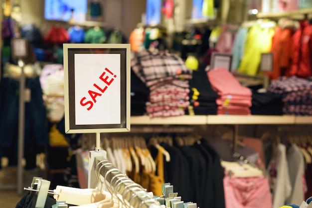 Expositor de sinal de venda dentro de loja de roupas ou shopping center