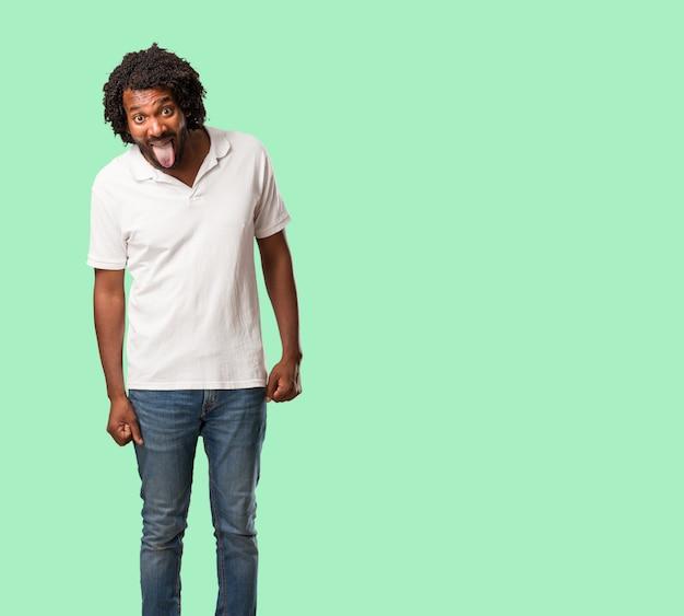 Expressão afro-americano considerável da confiança e da emoção, divertimento e amigável, mostrando a língua como um sinal do jogo ou do divertimento