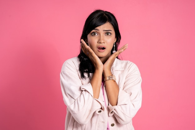 Expressão asiática nova chocada da mulher