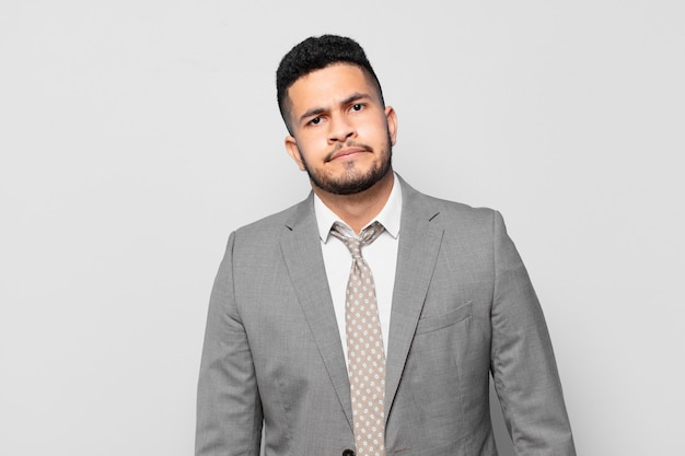 Expressão assustada de empresário hispânico