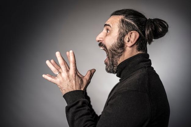 Expressão assustadora de homem barbudo