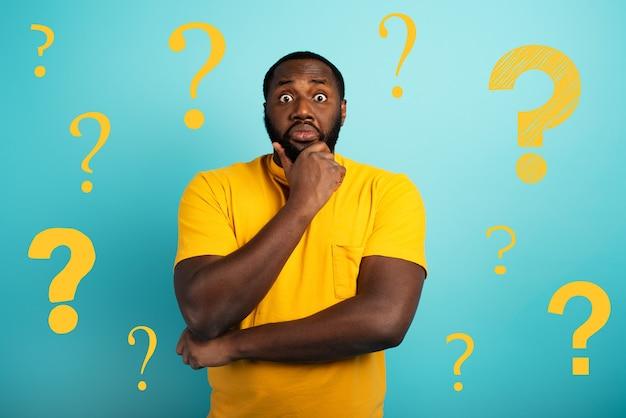 Expressão confusa e pensativa de um menino negro com muitas perguntas