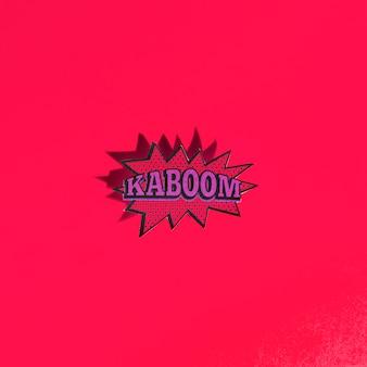 Expressão de desenho animado de som efeito cômico com texto kaboom no pano de fundo vermelho