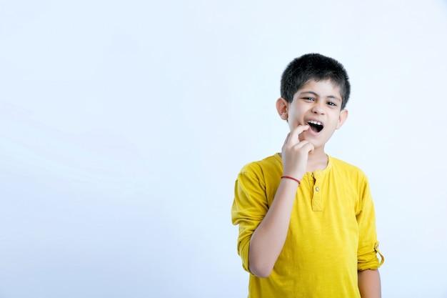 Expressão de dor de dente de criança indiana bonito