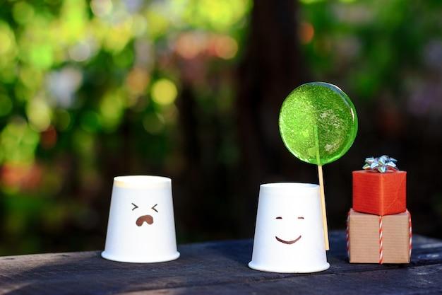 Expressão de emoções e relacionamentos dois copos descartáveis