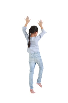 Expressão de escalada da menina criança caucasiana isolada no fundo branco.