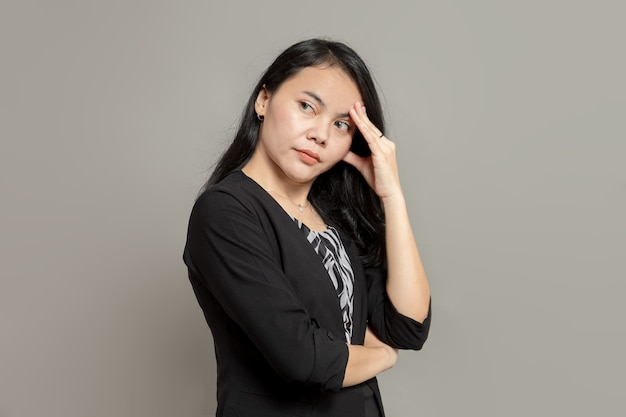 Expressão de estresse de mulher de negócios enquanto segura a cabeça