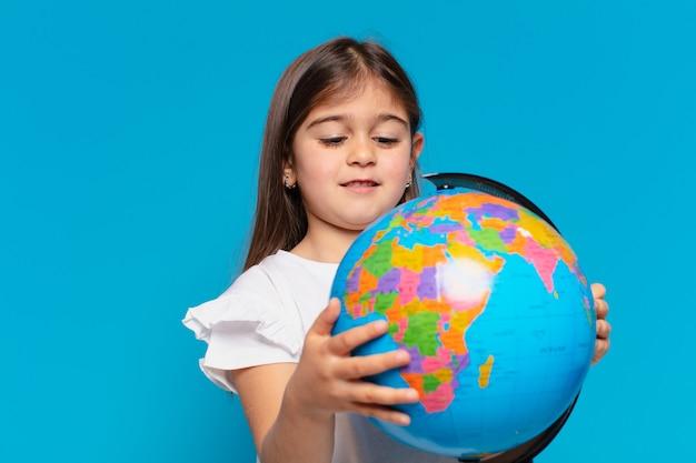 Expressão de pensamento de menina bonita e um homem globo do planeta