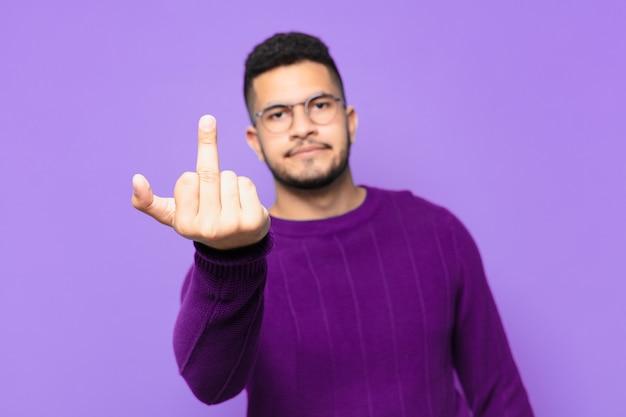 Expressão de raiva de jovem hispânico