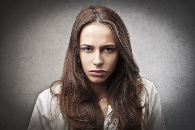 Expressão de raiva de uma mulher