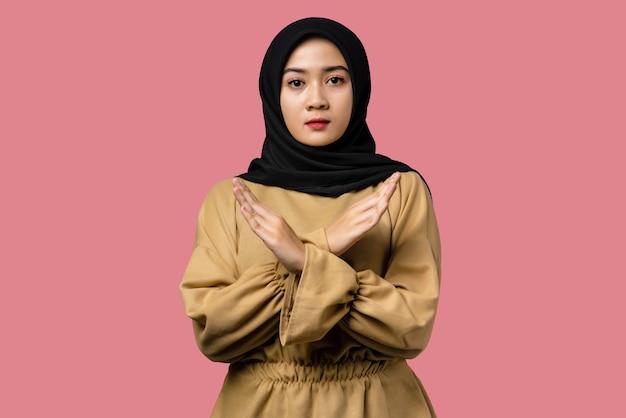 Expressão de rejeição de linda mulher asiática cruzando os braços fazendo sinal negativo