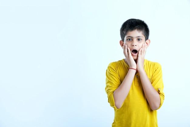 Expressão de wow criança indiana