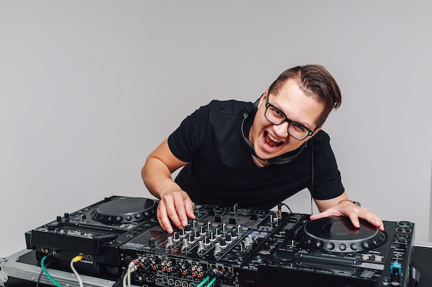 Expressão dj com um mixer funciona em um cinza